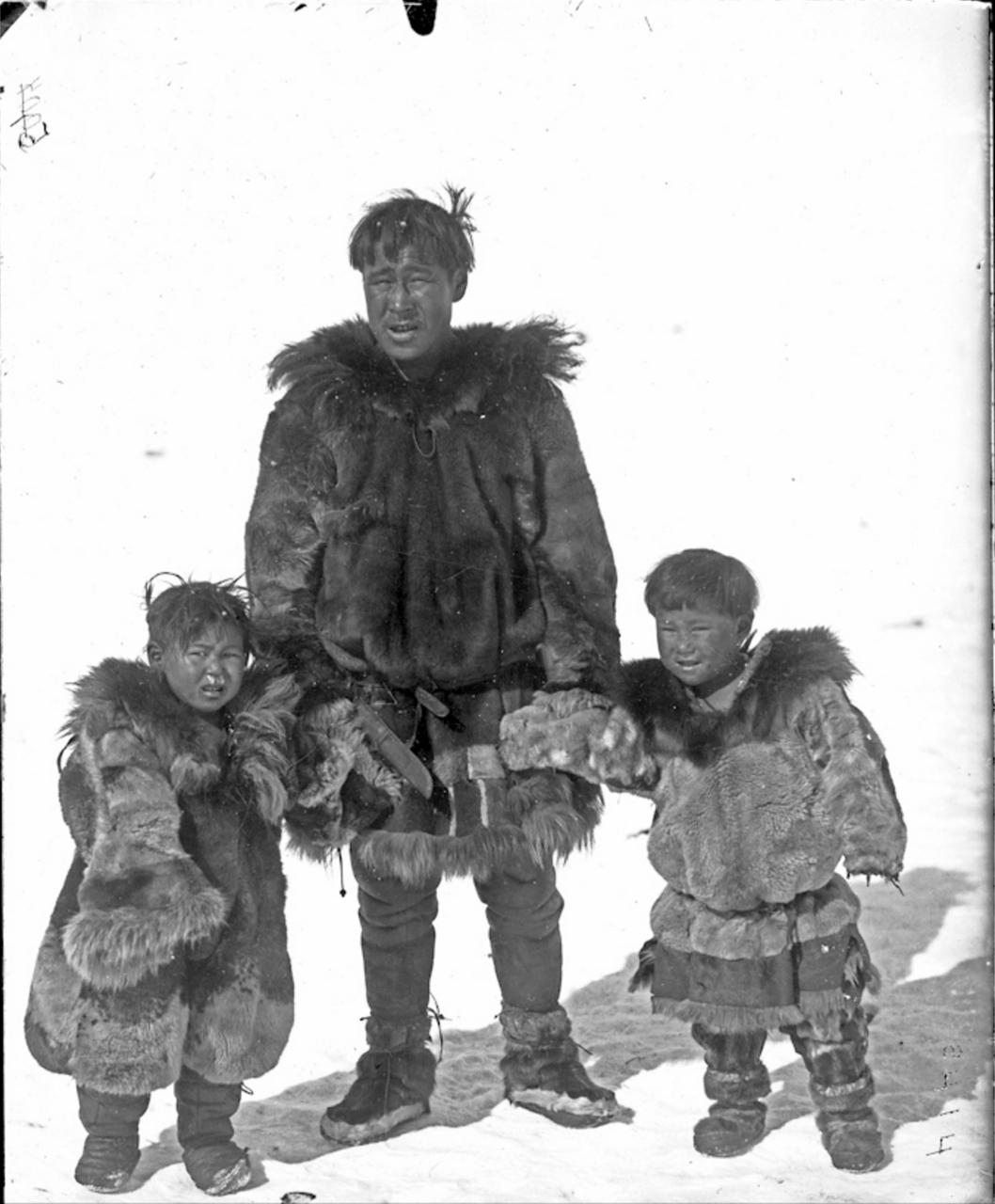 Чукча с сыновьями, Сибирь, 1901