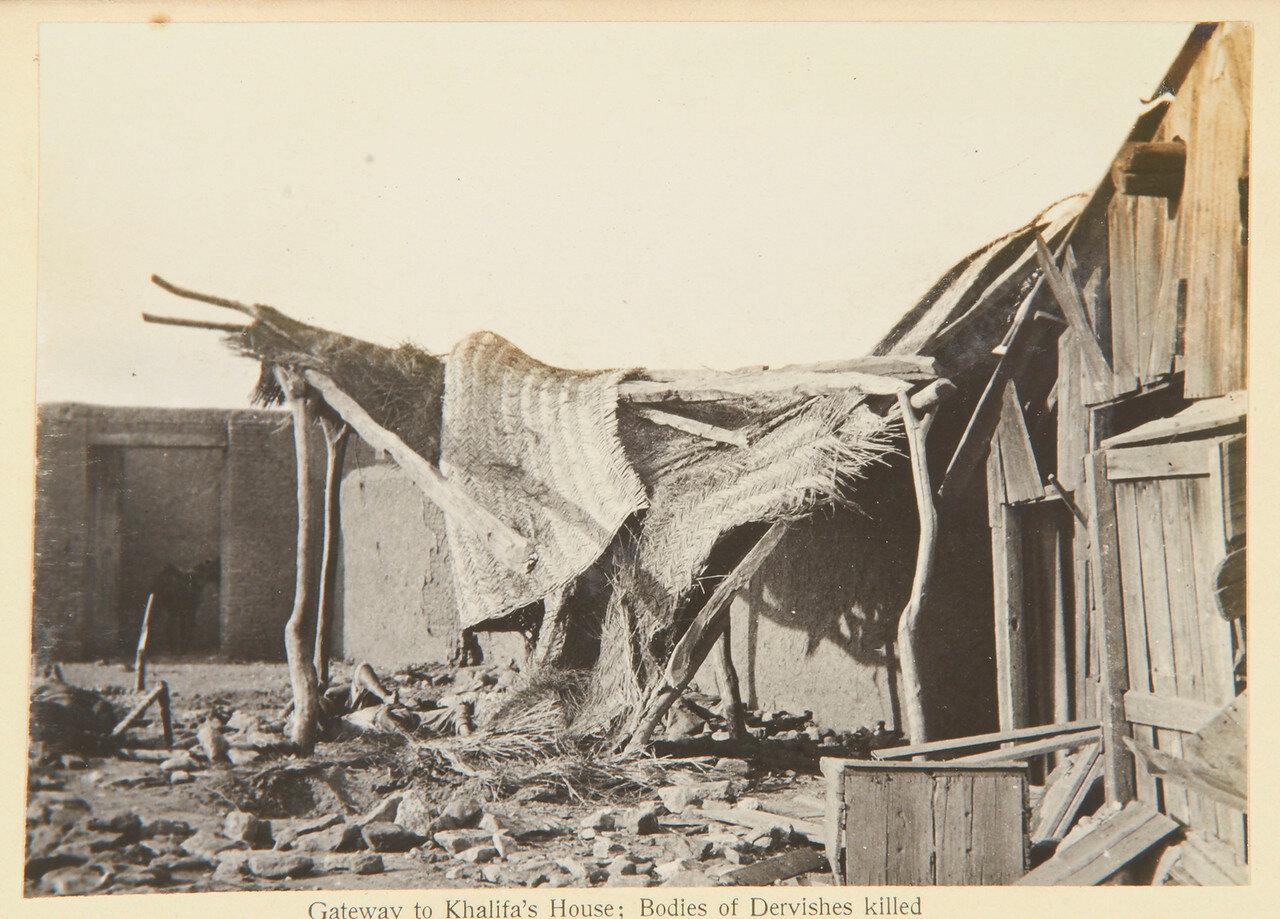 Вход в дом Халифа.  Тела дервишей, убитых снарядами