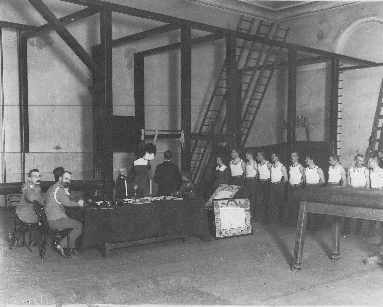 18. Экзамены у членов Общества телесного воспитания Богатырь в гимнастическом зале 2-го Кадетского корпуса. 1912