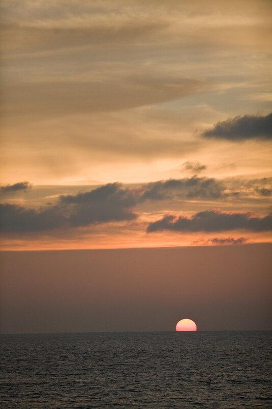 В глубинах океанских купалось солнце золотое.