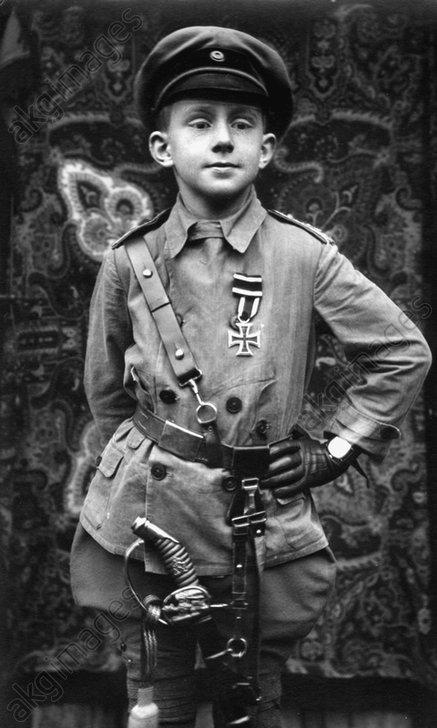 Knabe in preuЯ.Uniform / Foto um 1915 - Boy in Prussian uniform / Photo, c.1915 -