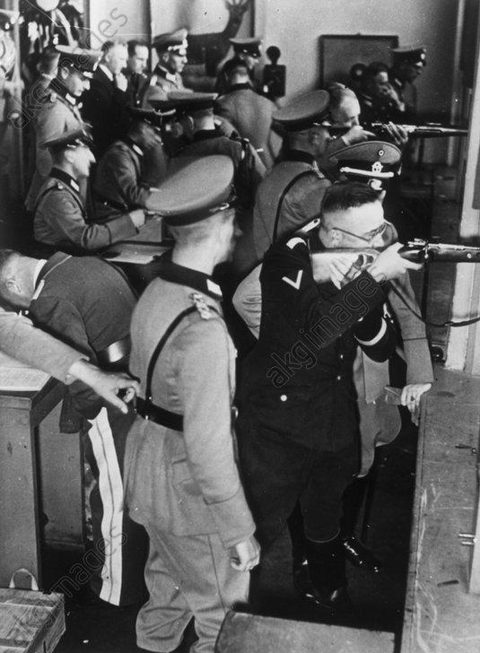 Himmler bei SchieЯen der Polizei 1934 - Himmler at a shooting range / 1934 -
