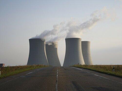 Власти Франции внезапно остановили пять атомных реакторов