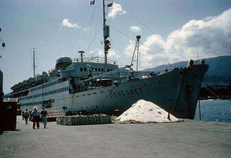 1957-58 Ялта, у причала.jpg