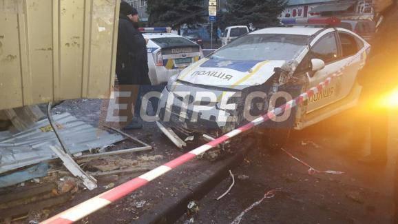 Водить так и не научились: В Киеве авто патрульной полиции снесло хлебный киоск (фото)