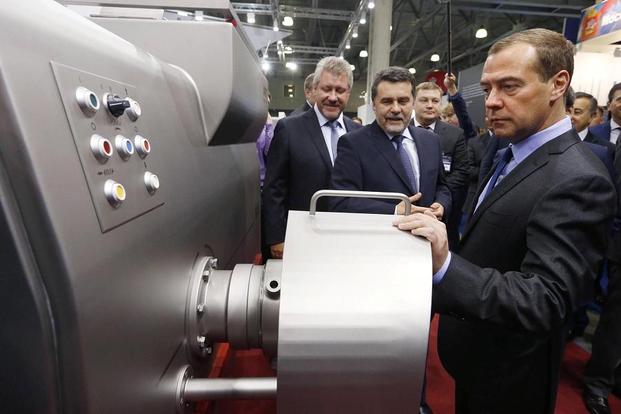 Медведев смотрит изделия российской промышленности.png