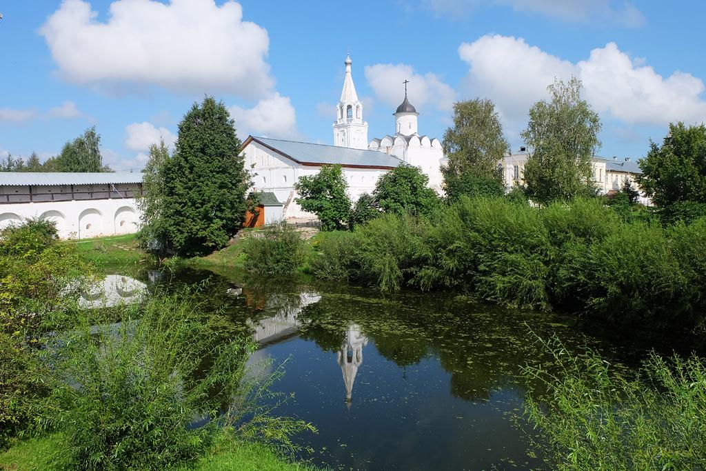 Свято-Прилуцкий монастырь в Вологде, вид на пруд