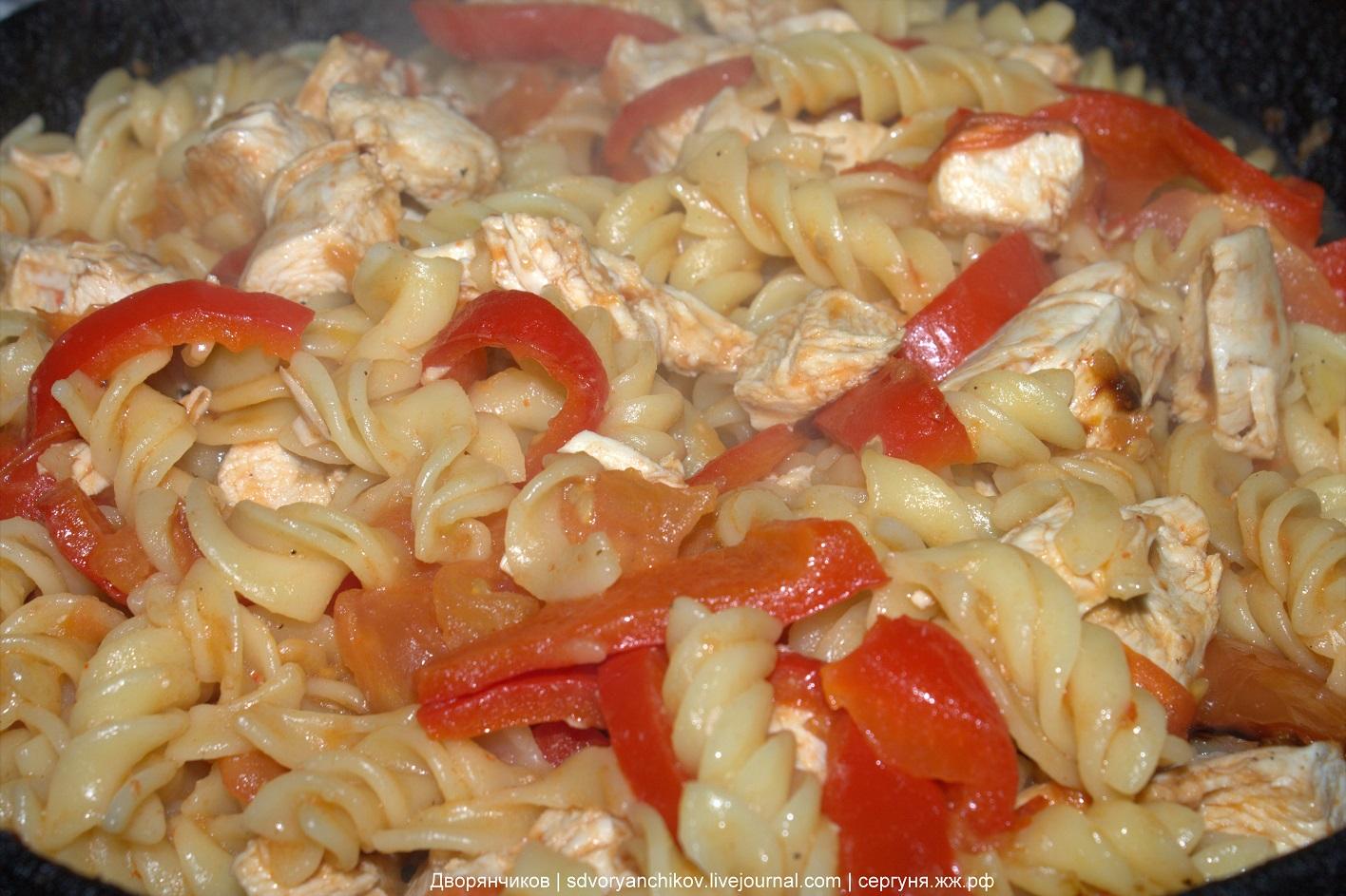 Готовим пасту с соусом из томатов, сладкого перца и куриного филе
