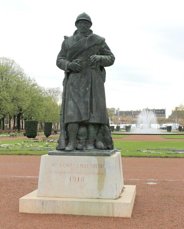 Мец. Сад Эспланада (Le jardin de l'Esplanade). Монумент французскому солдату-освободителю (Le Poilu libérateur)