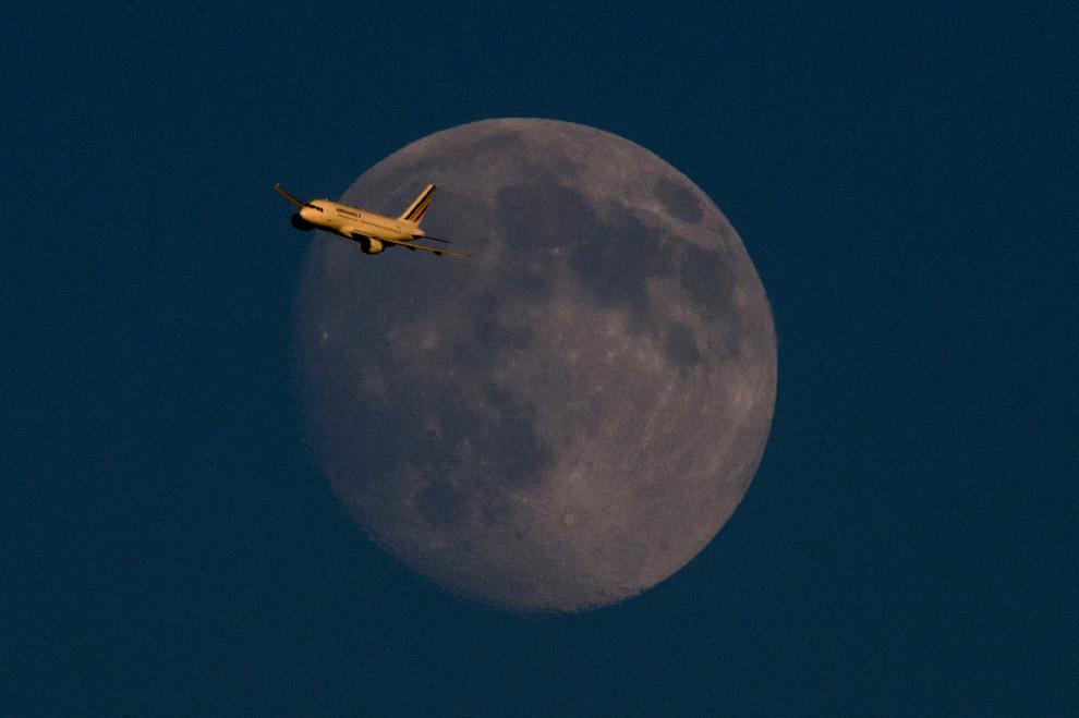 4. Редким событием является полное затмение в момент суперлуния, когда Луна максимально приближ