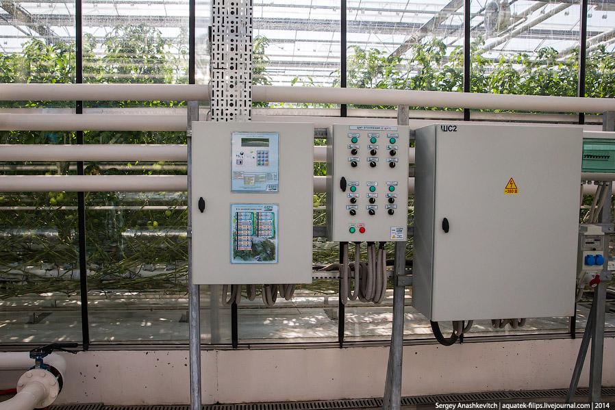 7. Пульт управления климат-контролем в одной из теплиц.