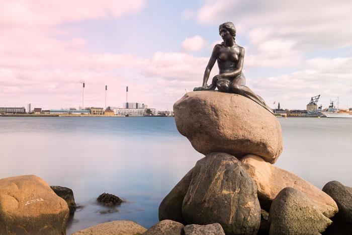 Русалочка  Туристы стекаются в Копенгаген, чтобы посмотреть на 1,5 метровую скульптуру, уста