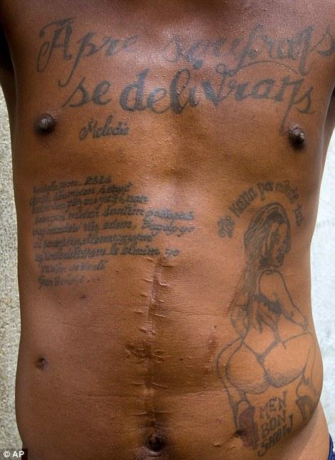 Одна из татуировок заключенного гласит: «После страдания приходит избавление».