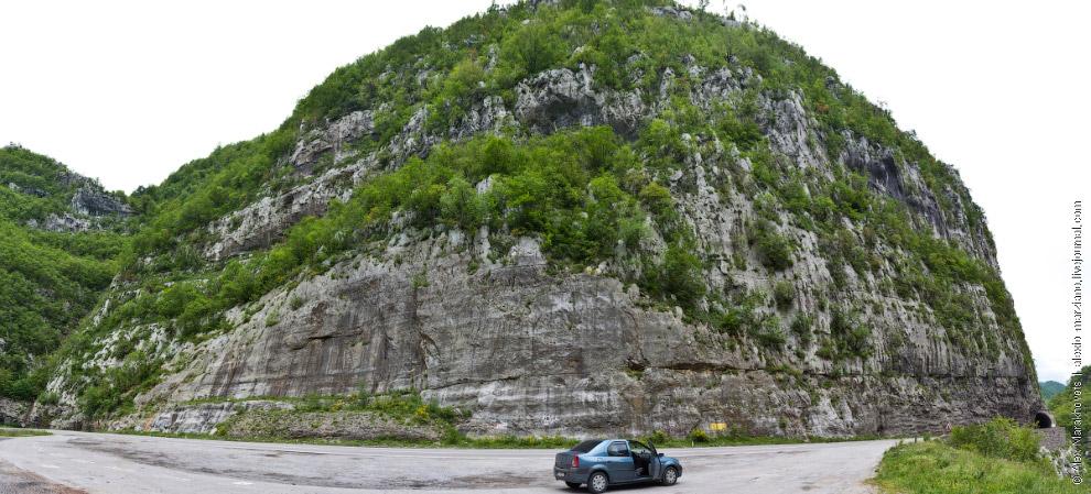 3. Конечно, трасса очень красива. Зелёные горы, серые, отвесные скалы, многочисленные тоннели