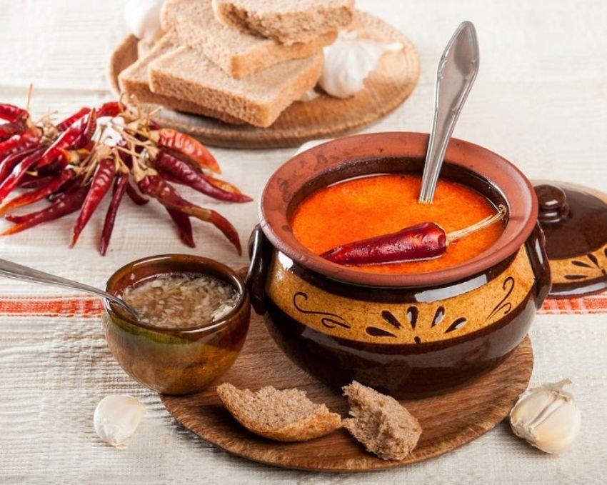 Шкембе чорба, Болгария Болгарское слово «шкембе» переводится на русский как «желудок», «рубец». По с