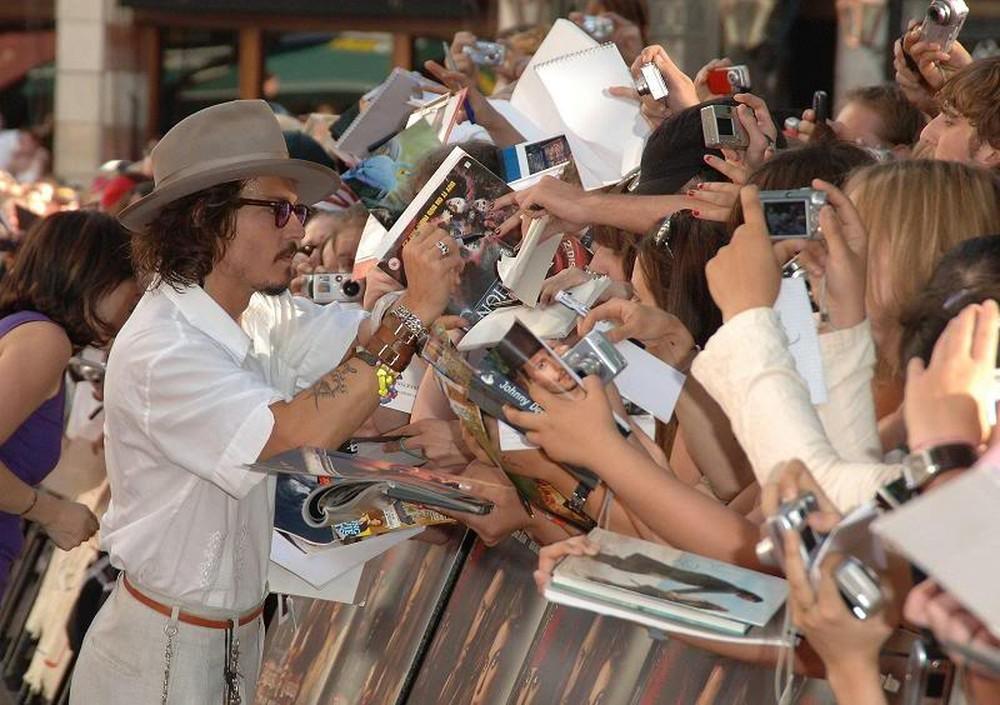 12. Он славится тем, что всегда оставляет огромные чаевые и никогда не отказывается дать автограф.
