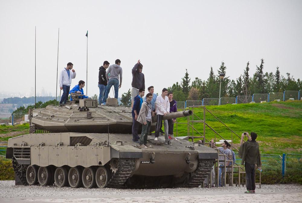 Практически на все танки можно подниматься по специально приделанной лесенке.