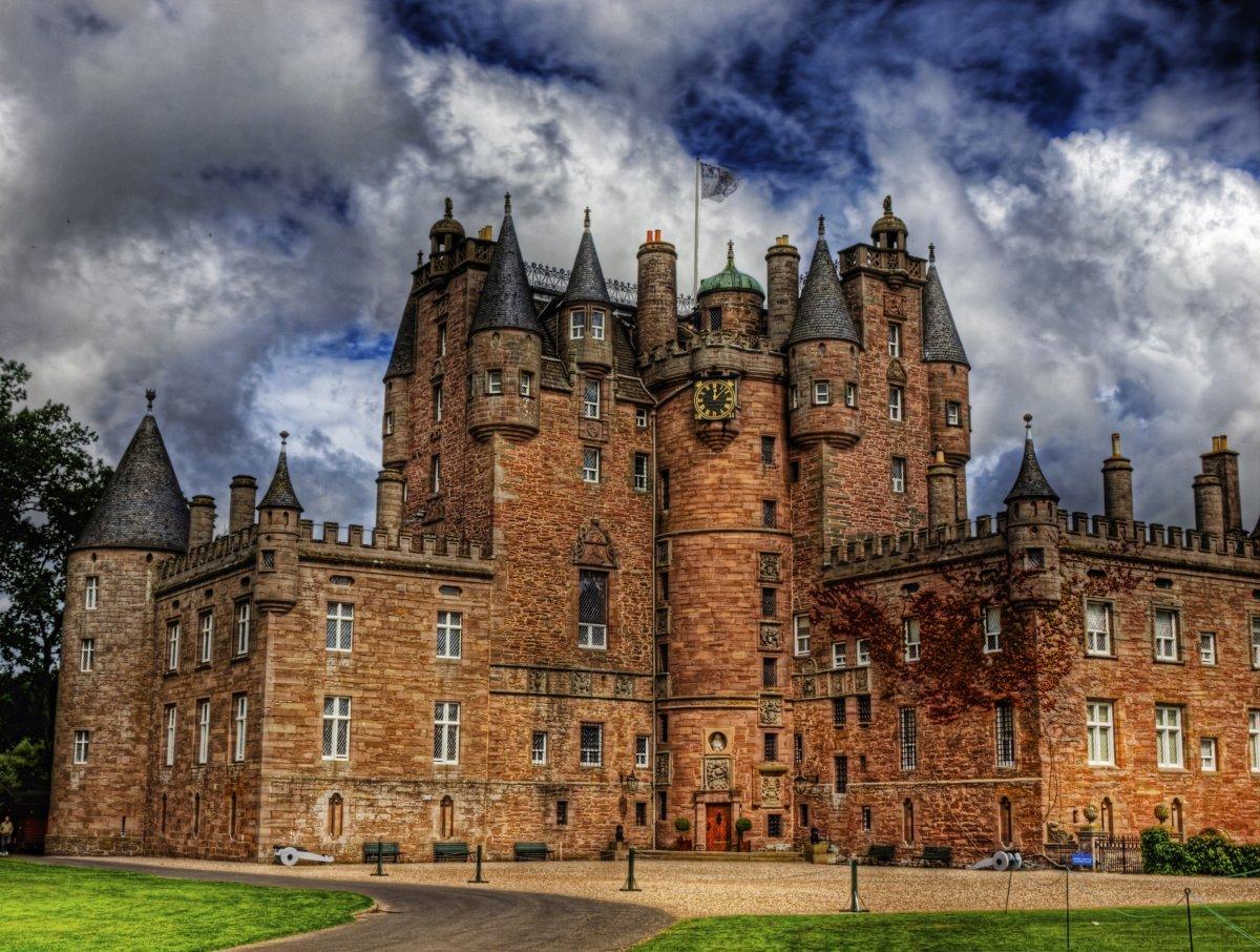 13. Замок Глэмис в Ангусе был домом королевы-матери леди Елизаветы Боуз-Лайон.