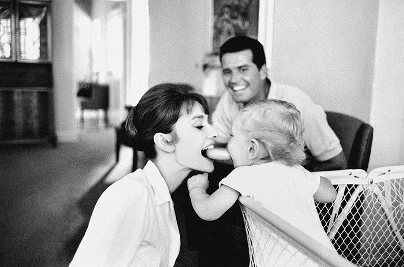 14. На трогательном фото Хепбёрн и ее первенец Шон. Бонус этого снимка — Джеймс Гарнер на заднем пла