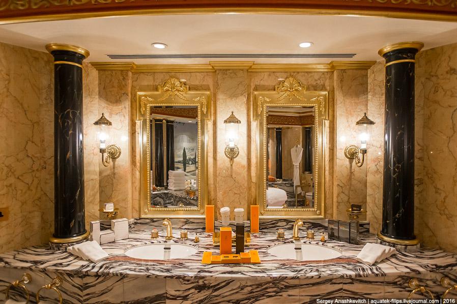 22. Ну и, конечно же, золотая душевая. Стены, пол и потолок выложены золотой мозаикой разных цв