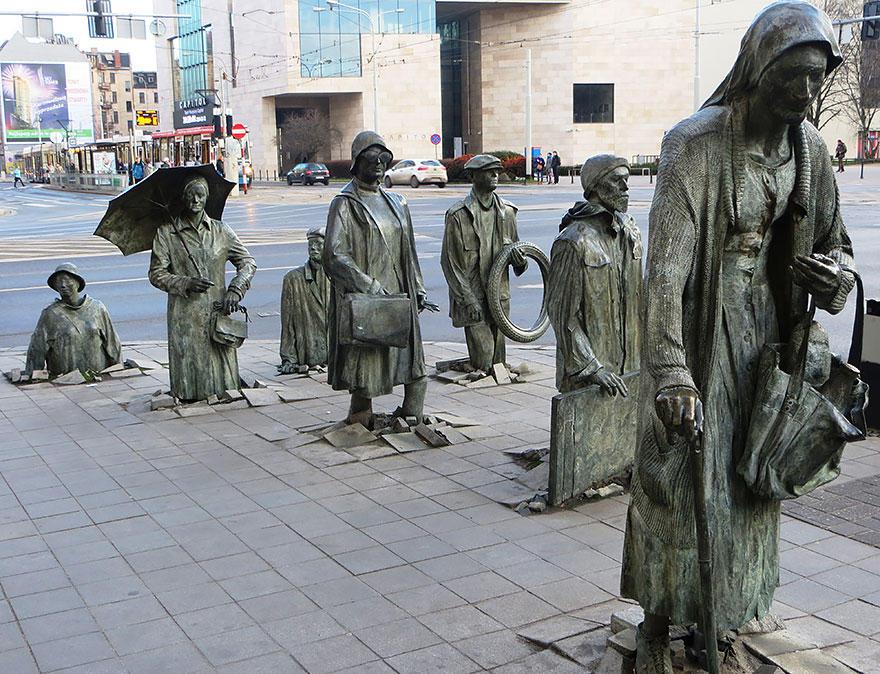 3. Памятник неизвестному прохожему, Вроцлав, Польша Скульптура символизирует подавление личности во