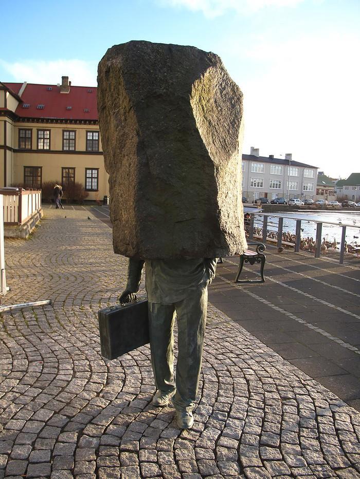 24. Неизвестный чиновник, Рейкьявик, Исландия Пожалуй, единственная статуя в мире, посвященная безли