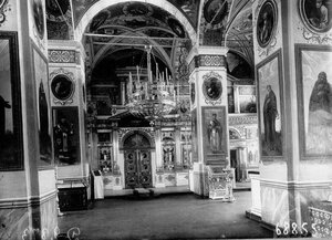 Внутренний вид монастырской церкви; вид на царские врата.