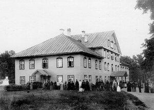 Группа монахов и богомольцев у здания Красной гостиницы.