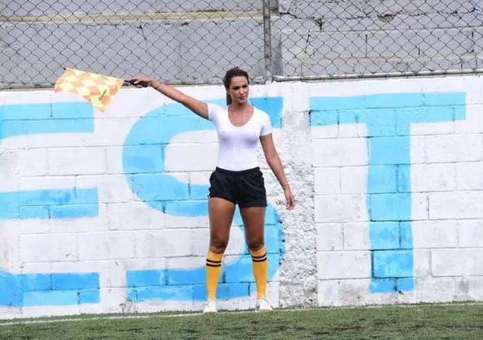 Помощница футбольного судьи Дениз Буэно стала звездой матча