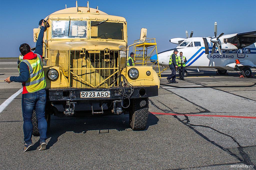 Заправка самолета Л-410 в аэропорту Барнаула