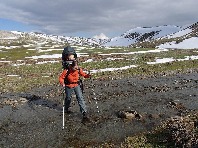 переправа через ручей в горном походе с ребенком в рюкзаке Deuter