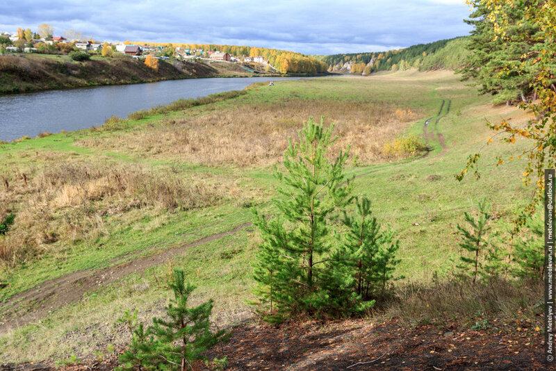 фотографии дороги идущей вдоль реки на фоне осеннего леса