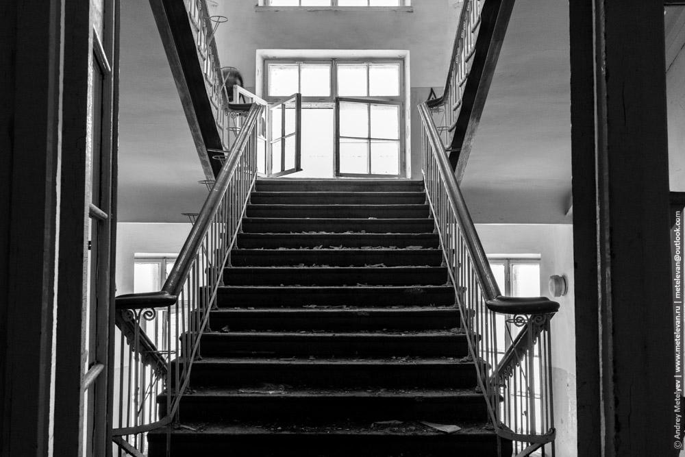 лестницы в заброшенной детской больнице