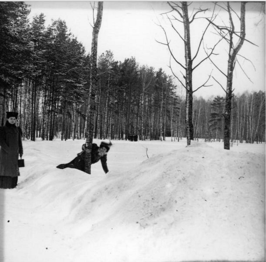 Прогулка в Петровско-Разумовское. «Густя около дерева, сбоку Клара»