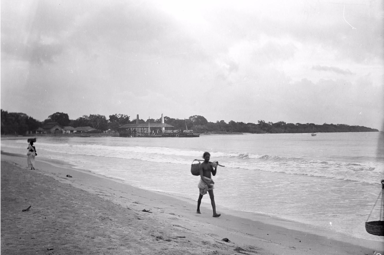 262. Калкуда. Рыбак с корзиной на берегу