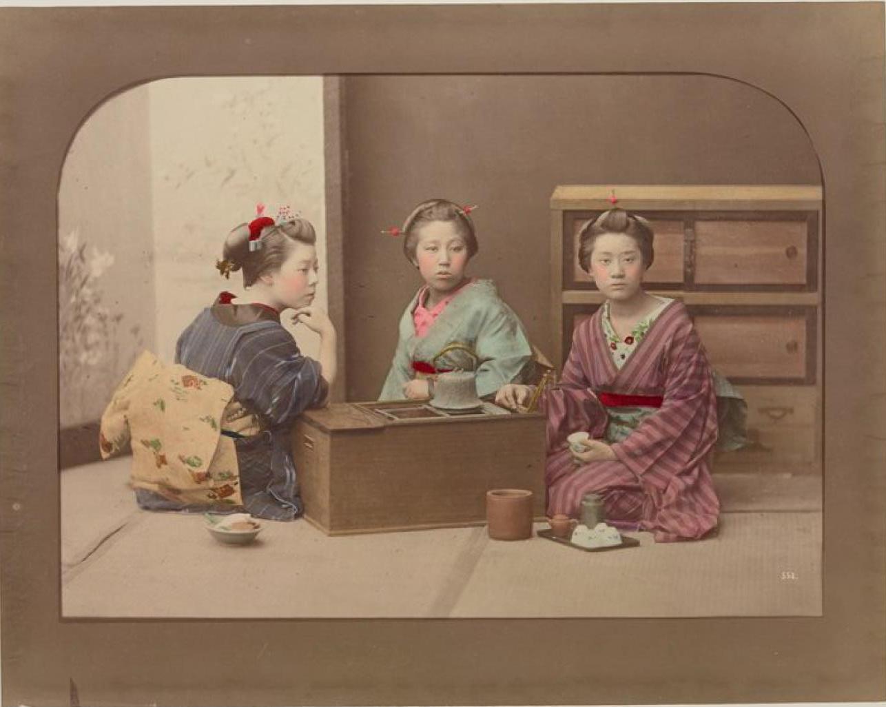 Три молодые женщины