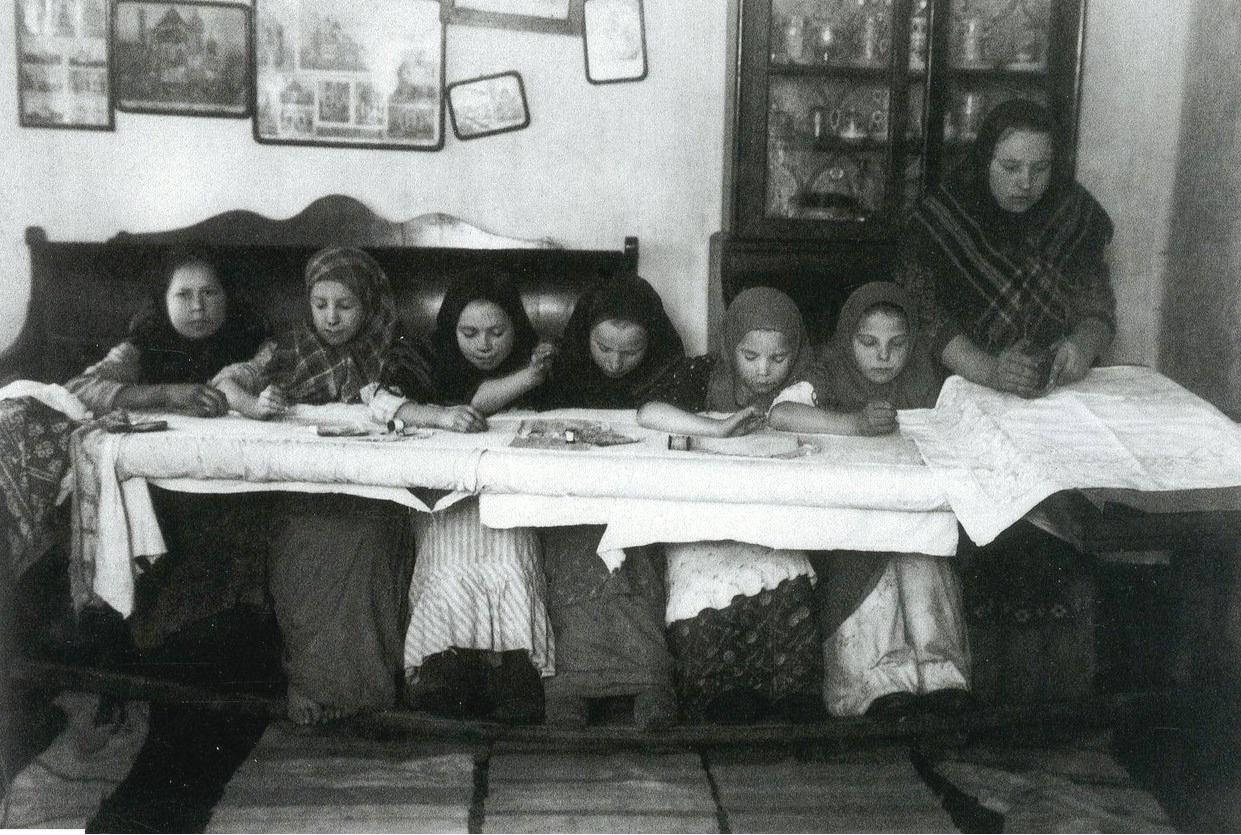 18. Вышивальщицы-ученицы. Село Лысково Нижегородской губернии