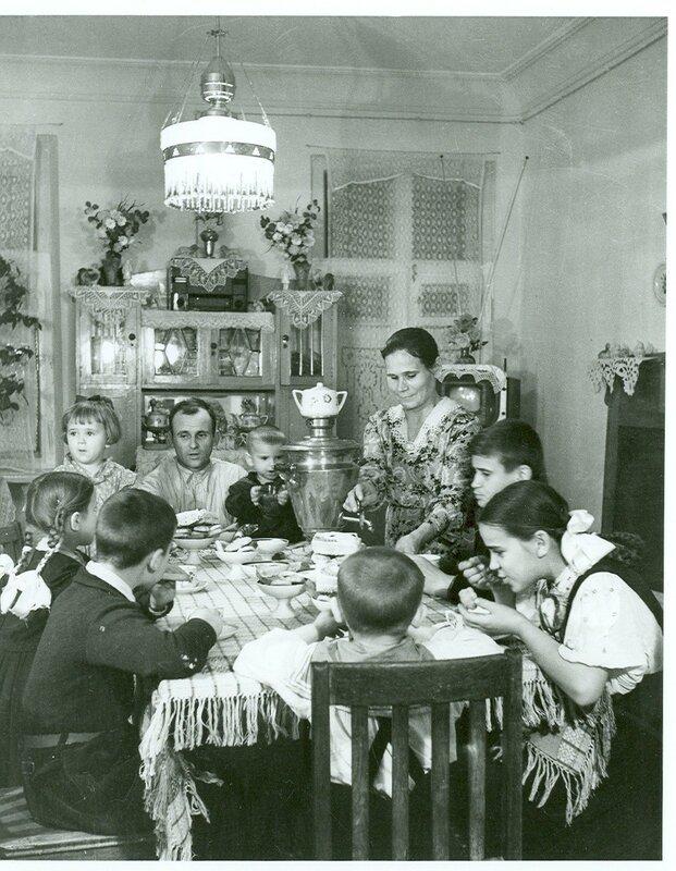 1956 год. Киев. Семья электромонтера Бабича после переезда на новую квартиру.jpg