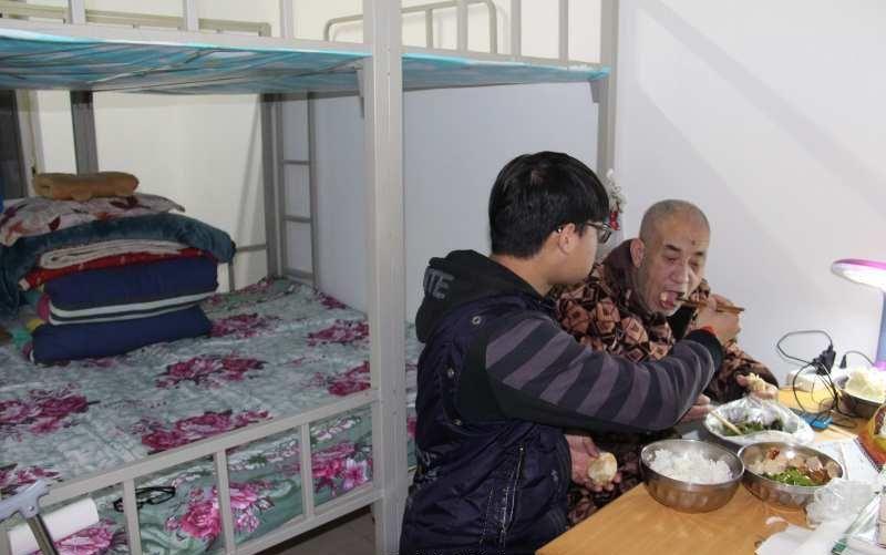 Китайский студент привез парализованного отца с собой в университет