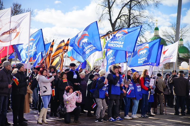 Сотни человек в Твери стали участниками митинга в честь годовщины присоединения Крыма / фото