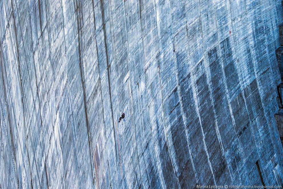 41. Всего в теле плотины вдоль верховой грани устроены 10 продольных галерей, где размещено порядка