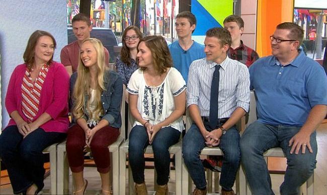 Вовтором ряду слева направо: Брэндон, Алексис, Джоэл иНатан. Впервом ряду справа-налево: Кенни-ст