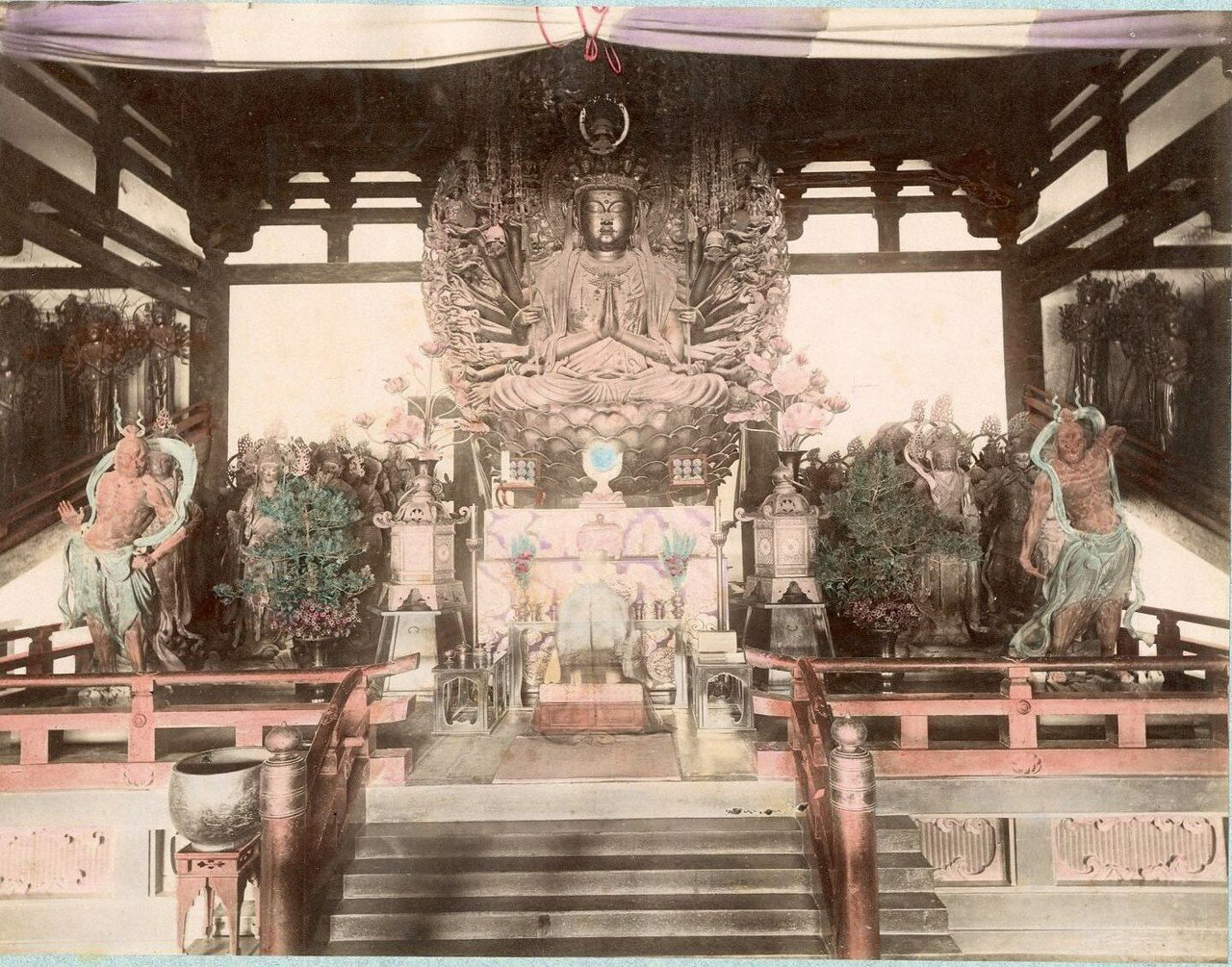 Киото. Сандзюсангэн-до, Алтарь