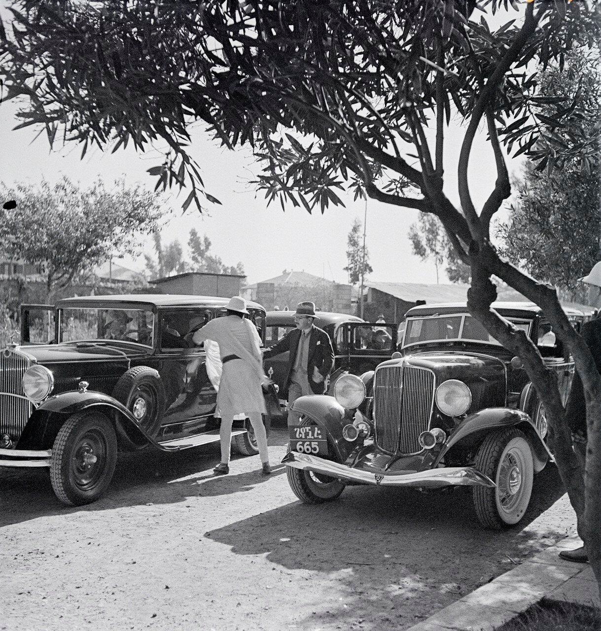 Припаркованные автомобили на дороге