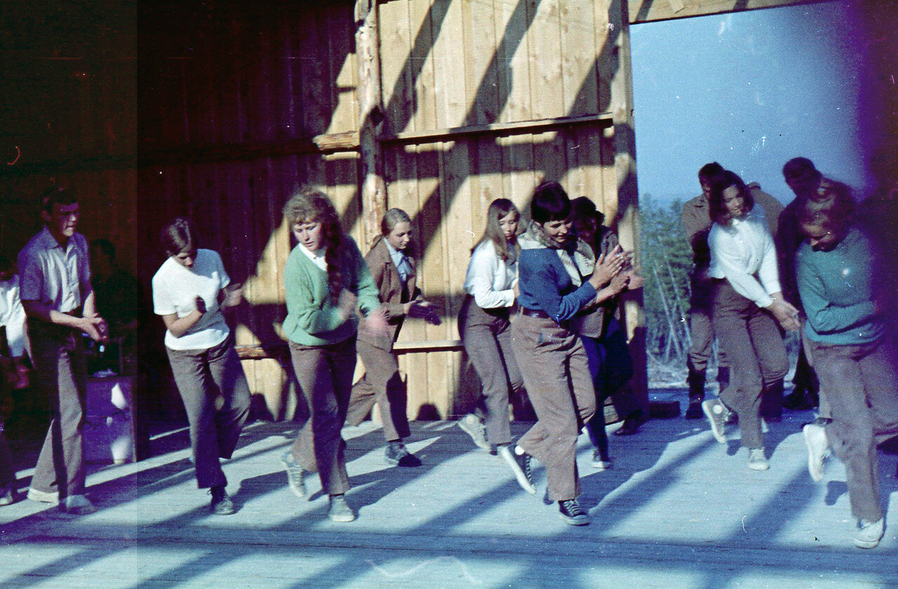 1969. Удачный. Общий девичий танец на концерте в Удачном