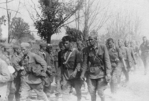Колонна пленных красноармейцев. Эстония, лето 1941 года.