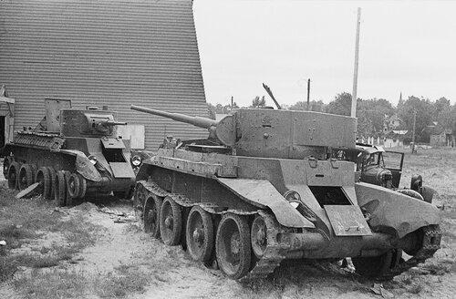 Танки БТ-7 обр. 1935 г. оставленные в парке на ул. Марупес. Рига, лето 1941 года.