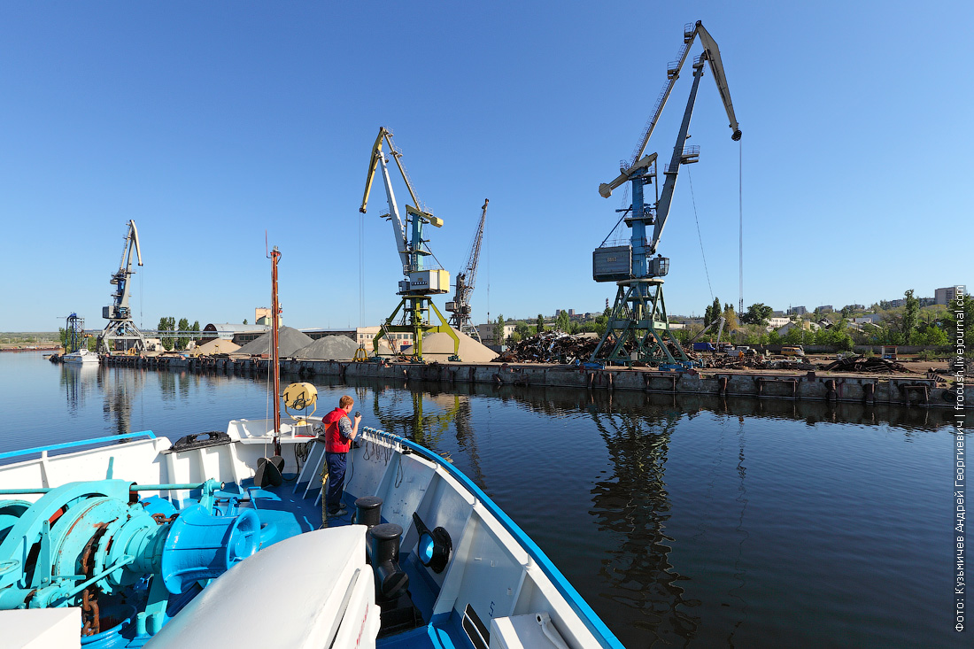 теплоход Русь Великая подходит к грузовому порту Камышина