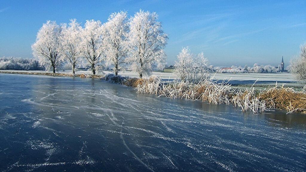 каток речка мельницы зима люди катание  № 1796508 бесплатно