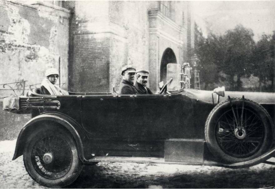 1927 И. В. Сталин, Н. С. Алилуева и шофер П. И. Удалов. Москва.jpg